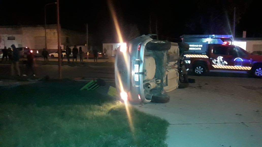 Volcó un Renault Logan en la calle Juan de la Piedra