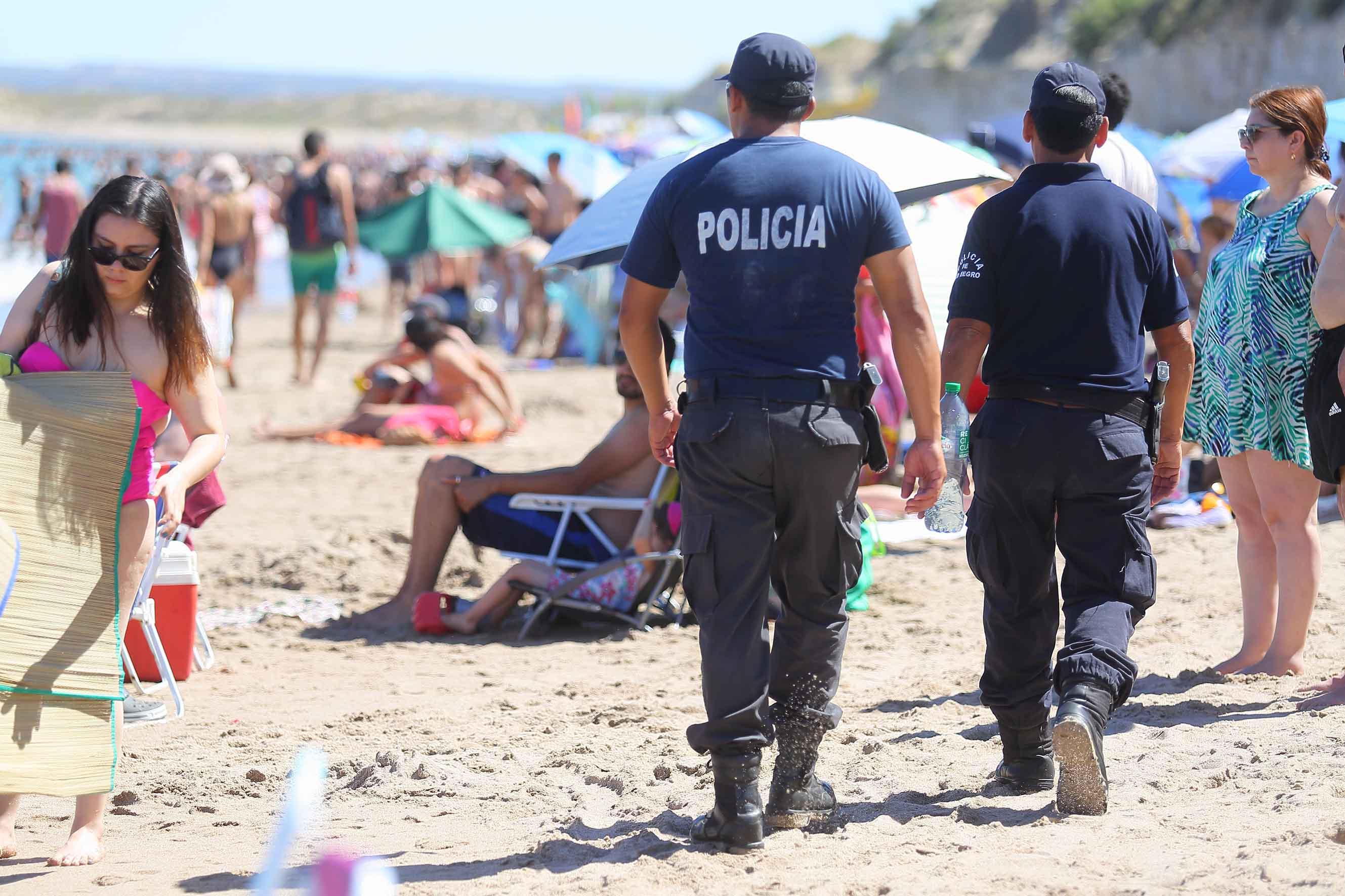 policía en playa